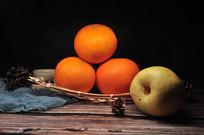 三个橙子和一个梨