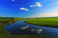 牧场河湾蓝天白云