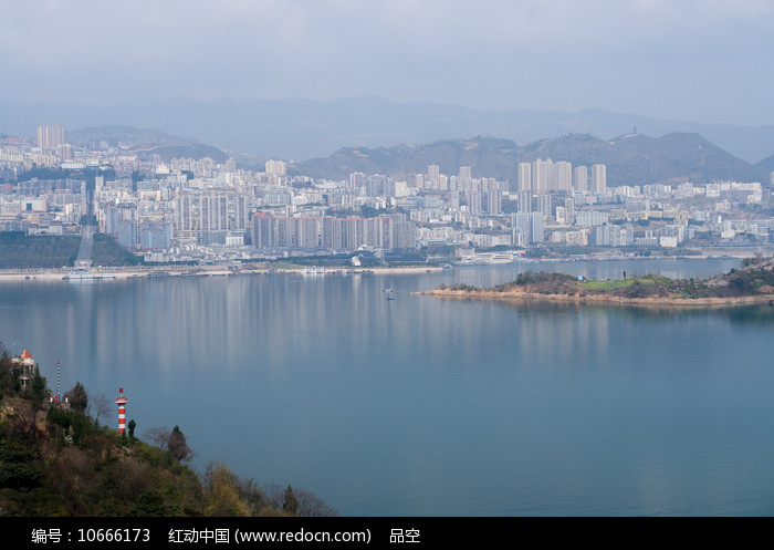 远观巫山新县城美丽的江景图片