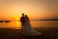 新婚夫妻海边婚纱照