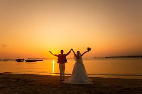 夕阳下情侣婚纱照