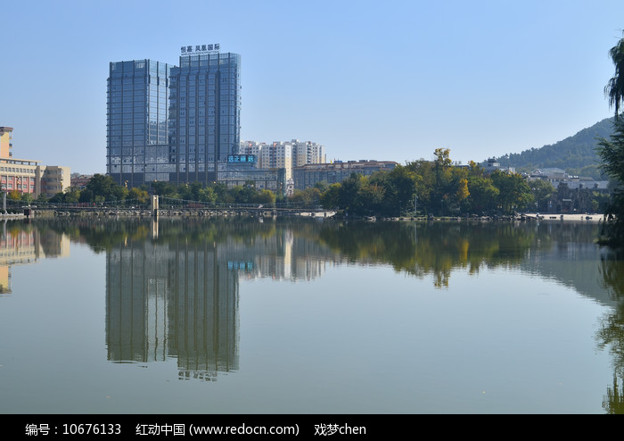 湖边高楼风景图片