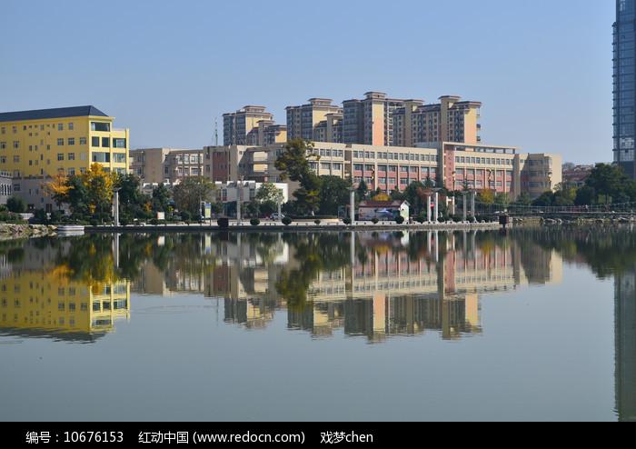 湖泊倒影建筑风景图片