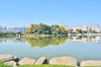 蓝天湖泊高楼倒影风景