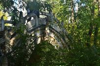 林中石拱桥