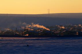 额尔古纳冬季乡村人家炊烟袅袅