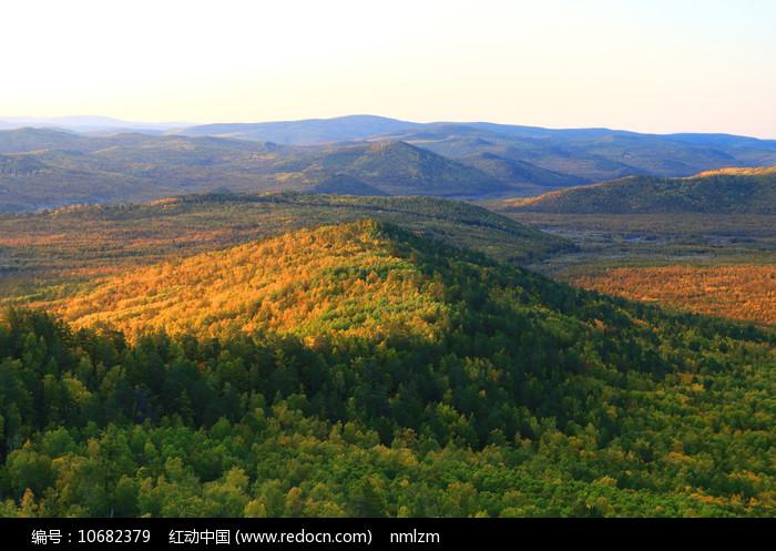 金秋山峦五彩林风景图片