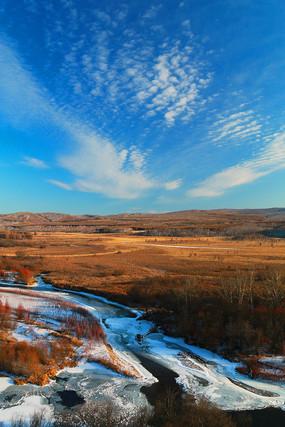 山野草甸冰封河流