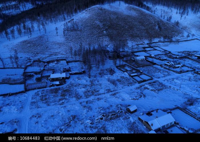 雪色山村夜景图片