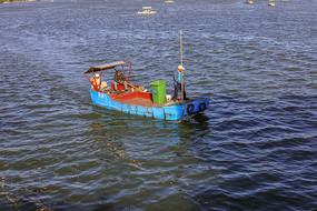 济南大明湖公园捡垃圾的船