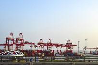 上港集团的集装箱中转站
