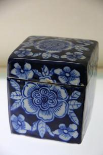 青花留白团花纹方盒