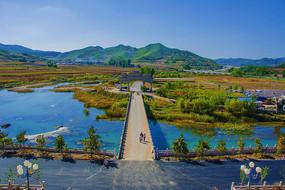 辽阳龙峰寺俯视溪水石桥与群山