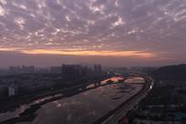 黎明时的城市河流