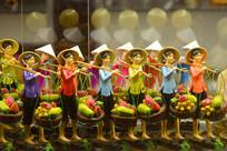 越南挑水果的传统妇女摆件