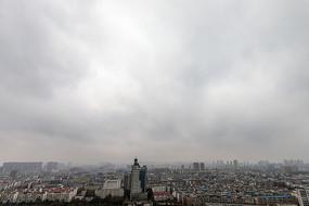 初冬城市阴雨天