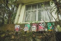 搞怪油漆桶小人一排坐创意画
