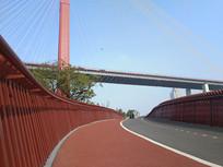 桥梁下步道