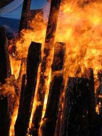 猛烈燃烧的柴火