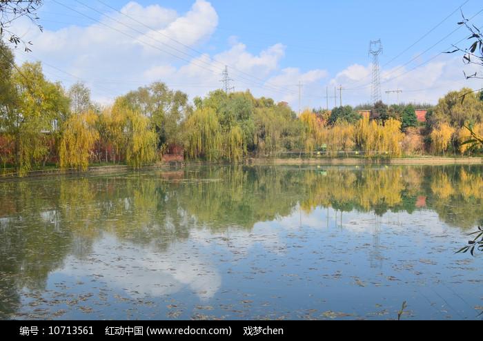 秋天的湖泊风景图片