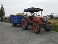 收粮食拖拉机