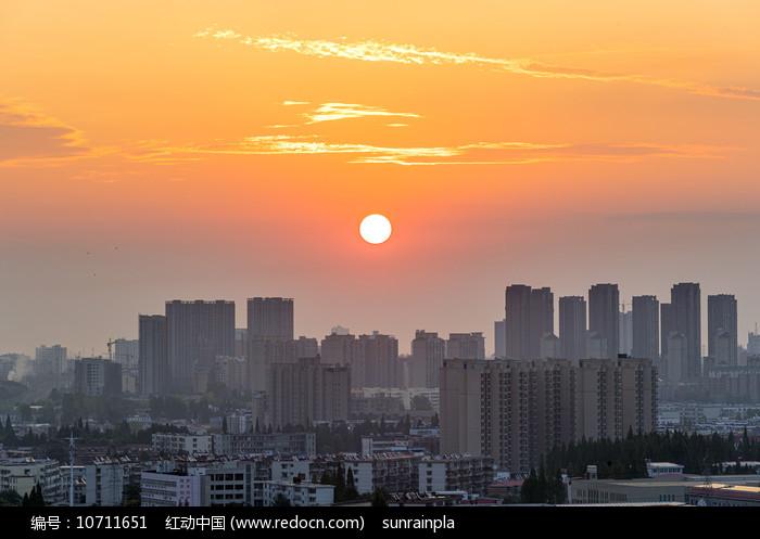 太阳从城市升起图片