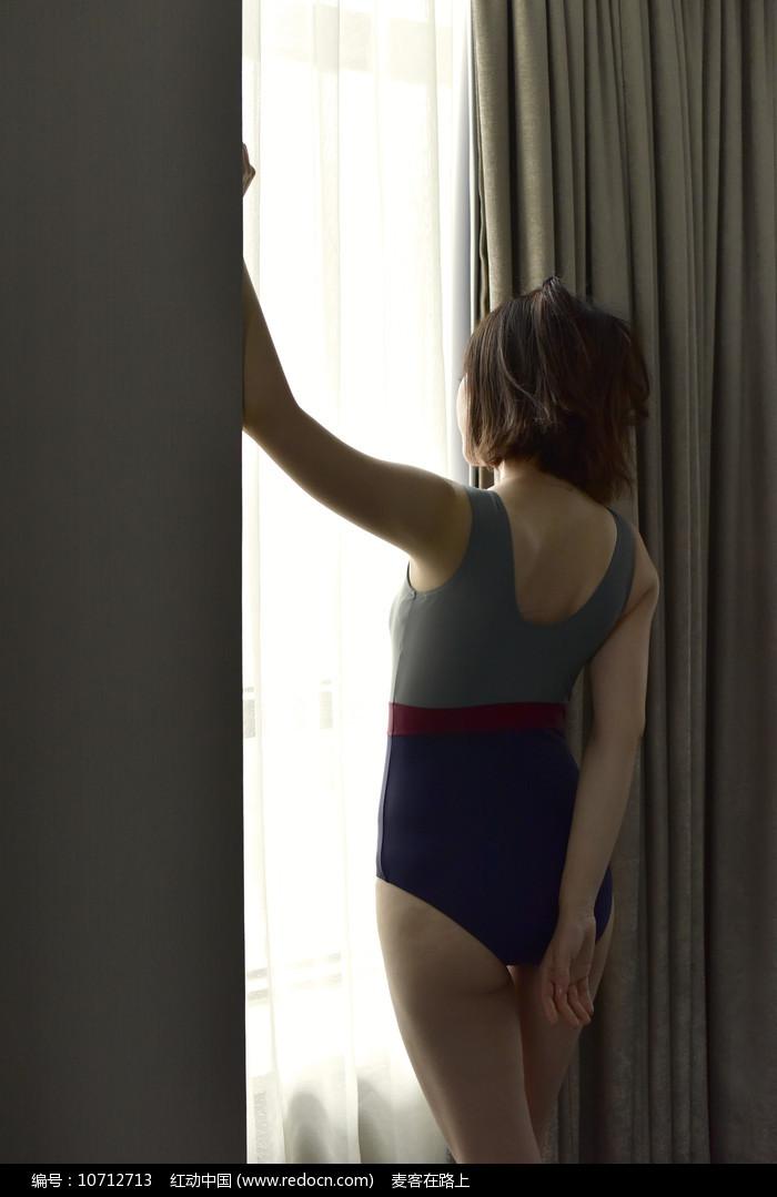 窗前的性感女人图片
