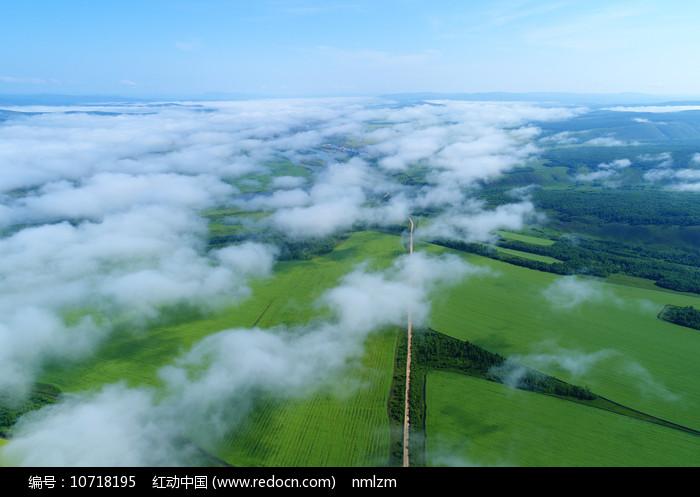 航拍云雾田园景观图片