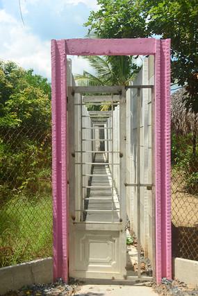越南湄公河河畔度假村红色的门
