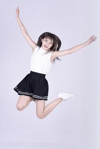 开心跳跃的女生