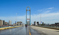 蓝天白云下的大桥