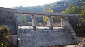 山谷里的小水坝