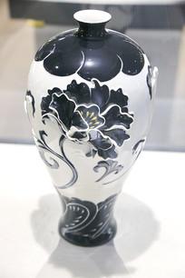浮雕牡丹花瓷瓶