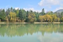 蓝天白云湖泊风景