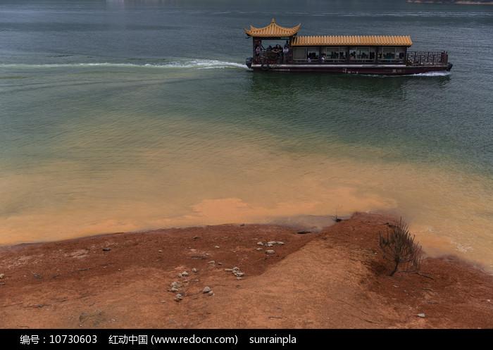 水岸与游船图片