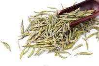 陇南龙井茶叶和茶匙在白背景上
