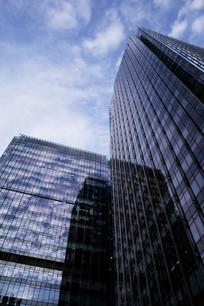 玻璃大楼的蓝天白云