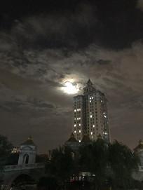 夜间公园高楼