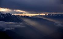 布瓦寨后山什格达山顶透过云层的霞光
