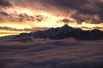 汶川布瓦寨后山什格达的云海和晚霞