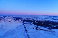 雪原河湾暮色风景