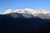 连绵雪山风景