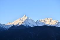 雪山日照风景