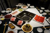 火锅餐厅餐桌及菜品