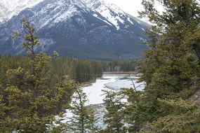 落基山脉雪山下的湖水