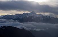 什格达遥望云雾缭绕的小雪隆包