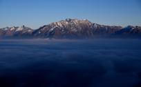 云海之上的九顶山主峰和狮子王峰
