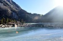 大山下结冰的湖泊