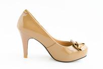 一只女式高跟鞋皮鞋
