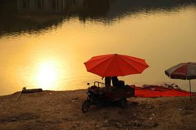 周末湖畔休闲-夕阳下的垂钓